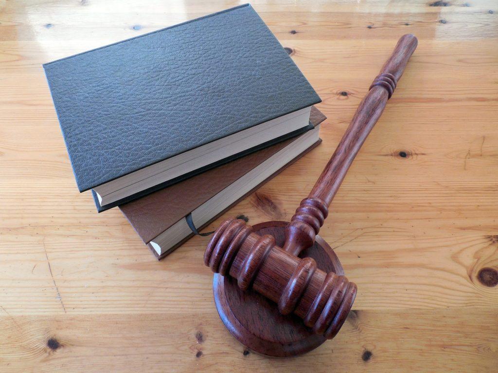 https://pixabay.com/photos/hammer-books-law-court-lawyer-620011/